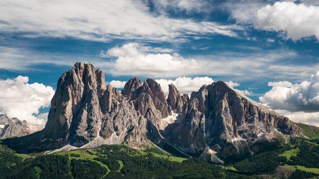 远处山峰图片