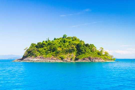 海洋中的绿色海岛图片