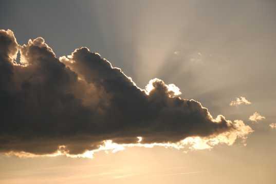 遮住太阳的乌云图片