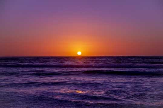海平面斜阳落日图片