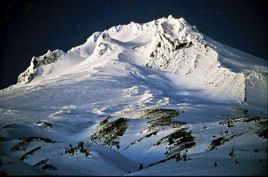 雪域高山夜景图片
