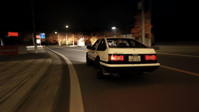 夜晚公路上的小汽车