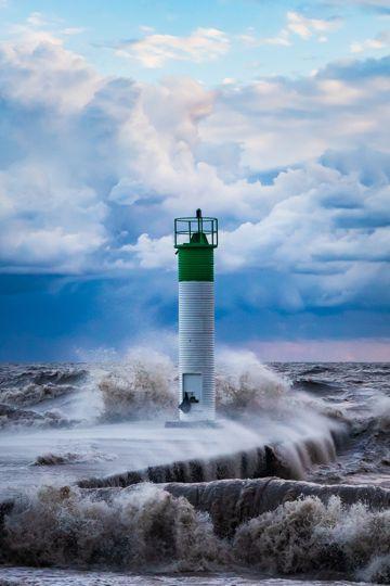 海洋灯塔下的巨浪图片