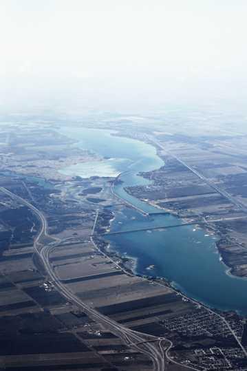河岸自然风光航拍图