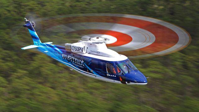 直升机飞行图片
