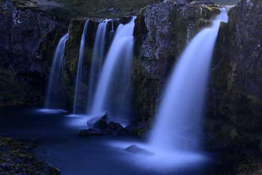 冰岛草帽山瀑布图片