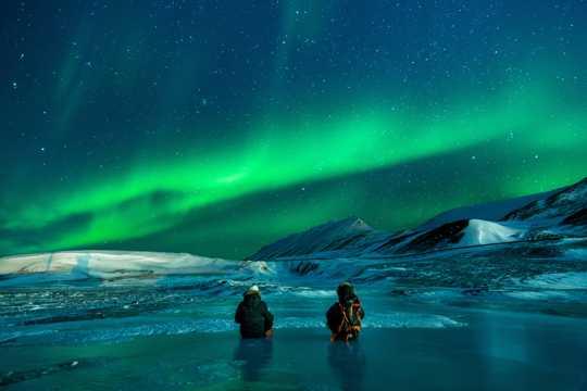 北极极光夜空图片