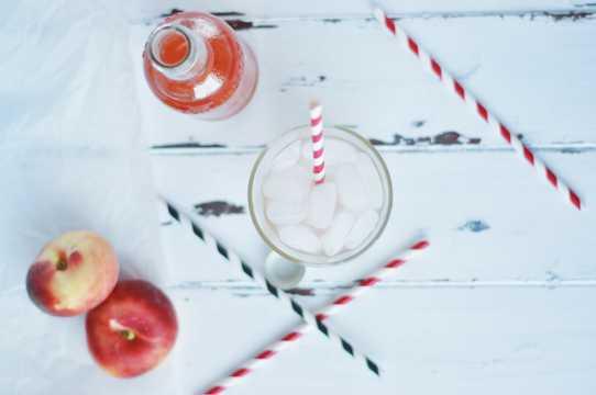 椰果饮品和苹果图片