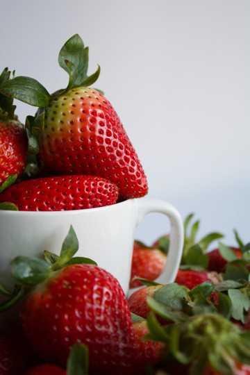 成熟新鲜草莓图片