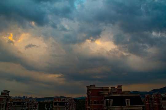 阴云密布的天空图片