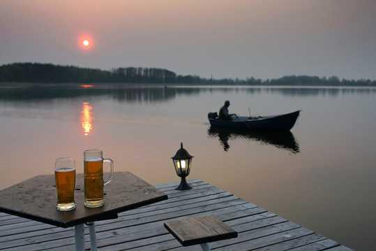 残阳河边啤酒图片